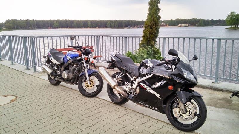 Motorcykel Honda CBR 600 för två motorcyklar och Suzuki GS 500 royaltyfri bild