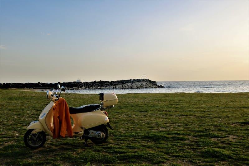 Motorcykel på stranden fotografering för bildbyråer
