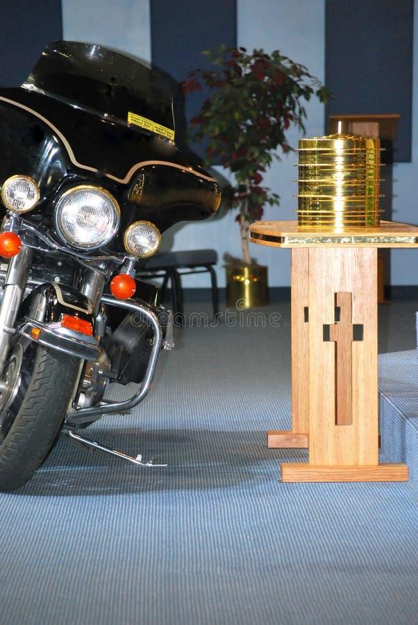 Motorcykel parkerad insidakyrka arkivfoto