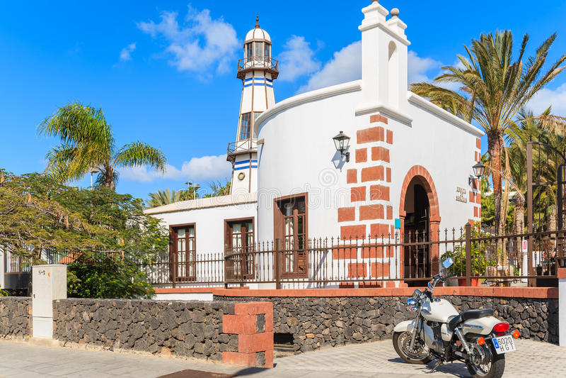 Motorcykel som framme parkeras av typisk kyrka arkivbilder