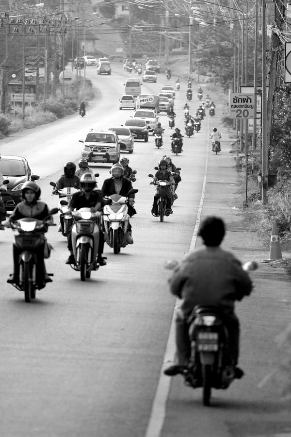 Motorcykel som går mitt emot väg på den upptagna gatan i Phuket arkivfoton