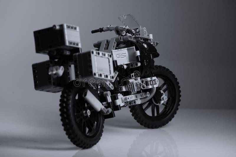 Motorcykel som göras av Lego tegelstenar, baksidasikt royaltyfri fotografi
