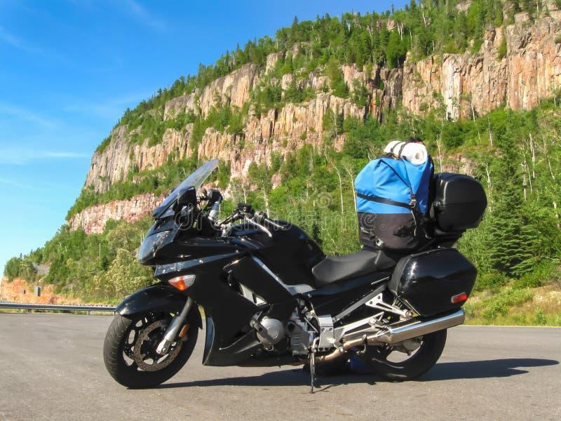Motorcykel som laddas med kugghjulet av vägen royaltyfri foto