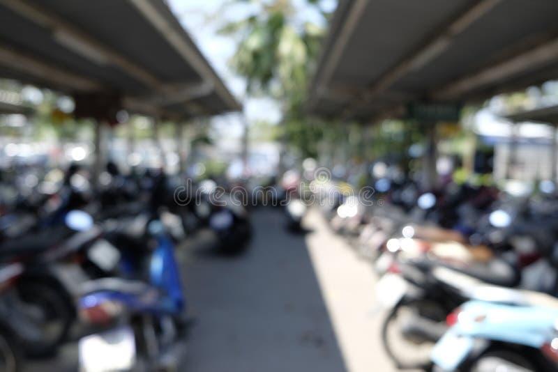 Motorcykel som parkeras på en parkera arkivbild