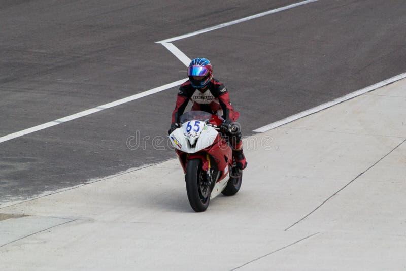 Motorcykelchaufför som drar till paddockarna arkivbilder