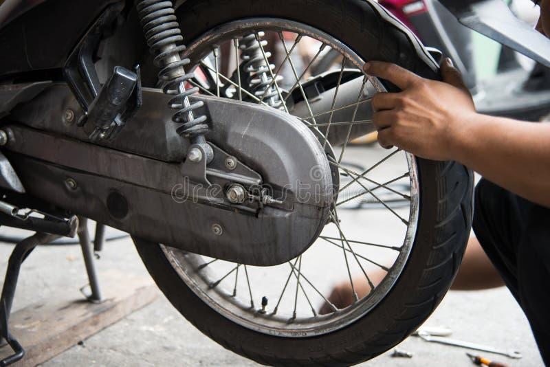 Motorcykelgummihjulreparation royaltyfri fotografi