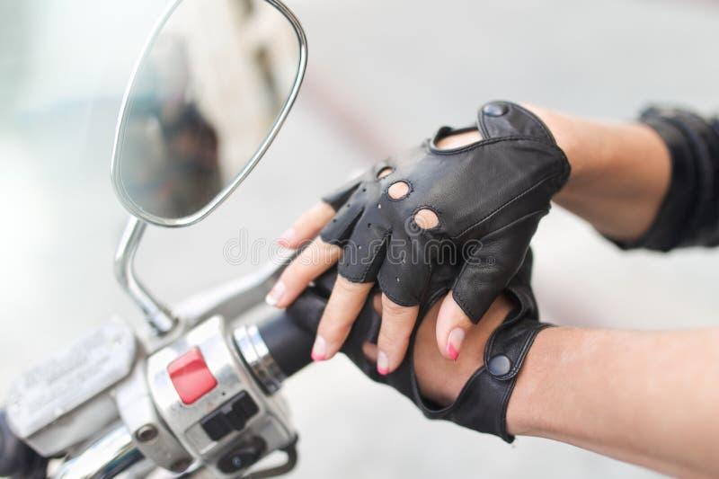 Motorcykelhandskar med handen royaltyfria bilder