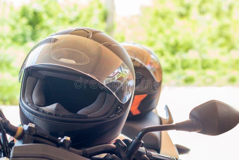 Motorcykelhandskar och hjälm på en plats av sportmopeden för sa royaltyfri fotografi
