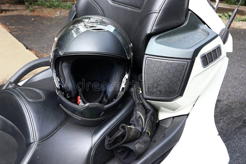 Motorcykelhjälmen är en viktig skyddskläder för motorcycling royaltyfri fotografi
