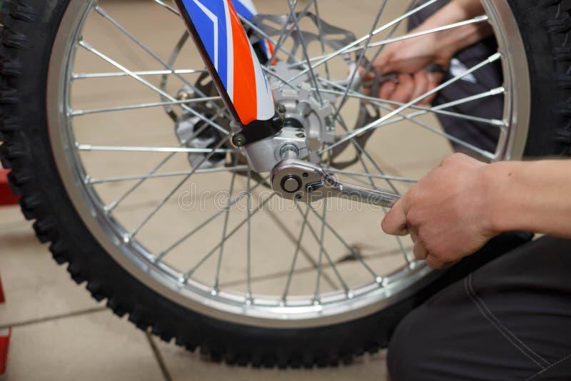 Motorcykelhjulreparation efter gummihjulläckor eller diskettskada arkivbild