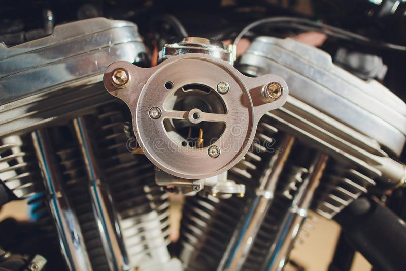 Motorcykelmotor, metallisk bakgrund med avgasrörrör arkivbild