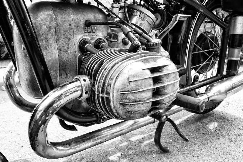 Motorcykelmotor (svartvita) BMW R68, fotografering för bildbyråer