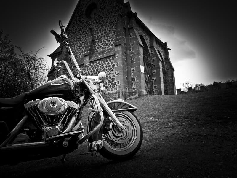 Motorcykeln är framme av kyrka arkivbilder