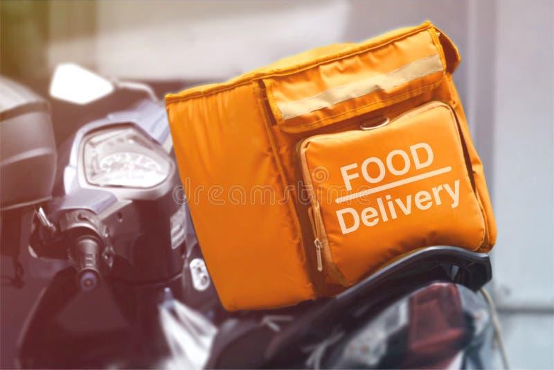 Motorcykeln har en orangefärgad ryggsäck för att leverera mat till hemmet royaltyfri illustrationer