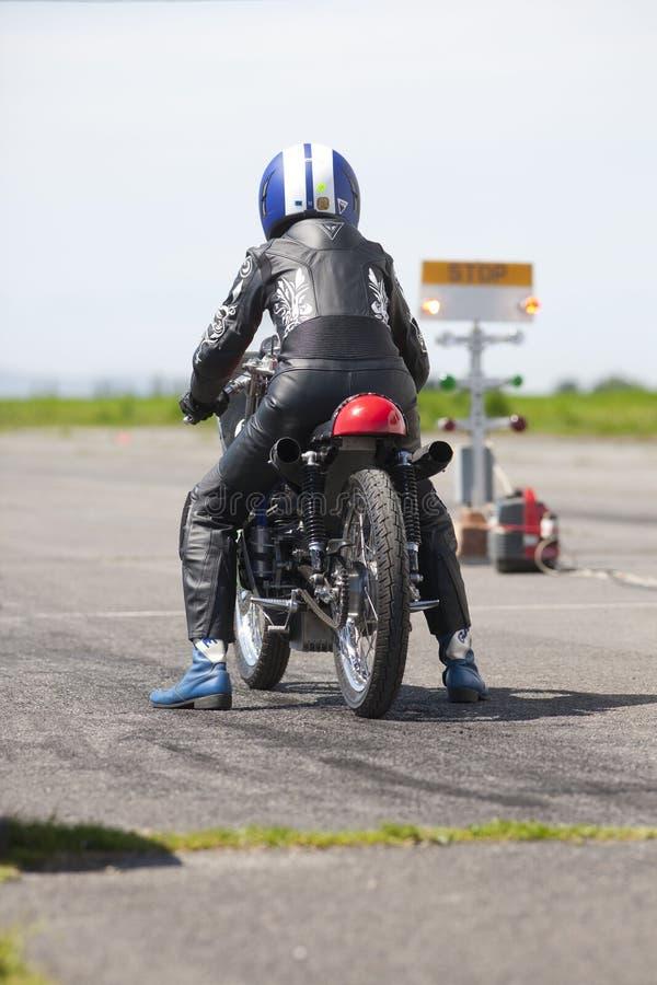 Motorcykeln sprintar racerbilen fotografering för bildbyråer