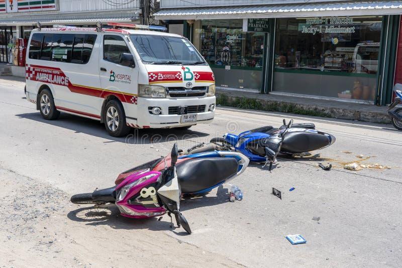 Motorcykelolycka som h?nde p? v?gen p? den tropiska ?n Koh Phangan, Thailand Trafikolycka mellan en motorcykel p? arkivfoto