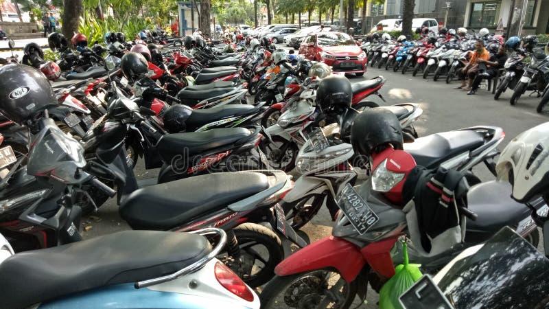 Motorcykelparkering i Bungkul parkerar, Surabaya, East Java, Indonesien royaltyfri bild