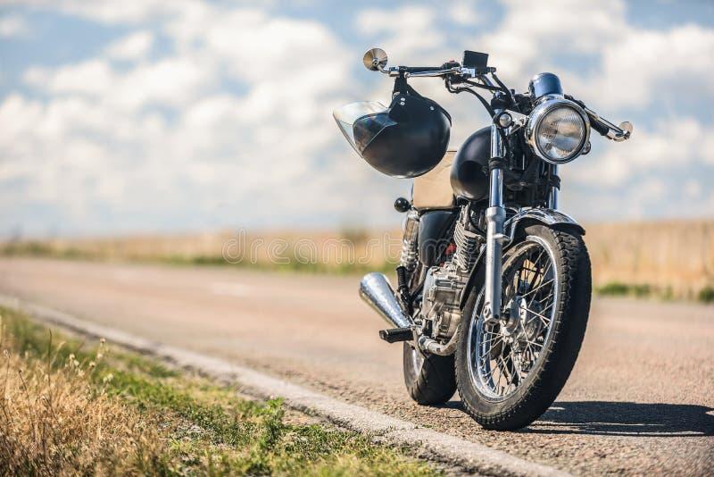 Motorcykelparkering på vägen fotografering för bildbyråer