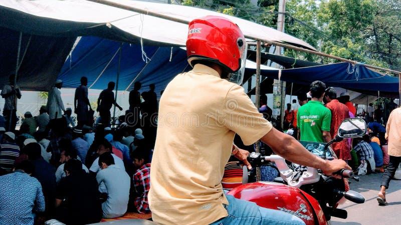 Motorcykelpendlare i staden royaltyfri bild