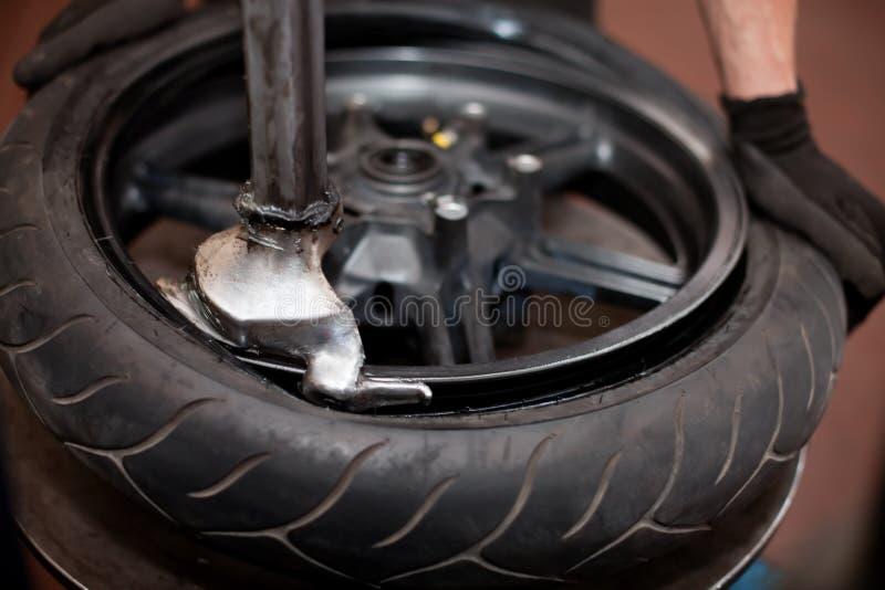 motorcykelreparationsgummihjul royaltyfria bilder