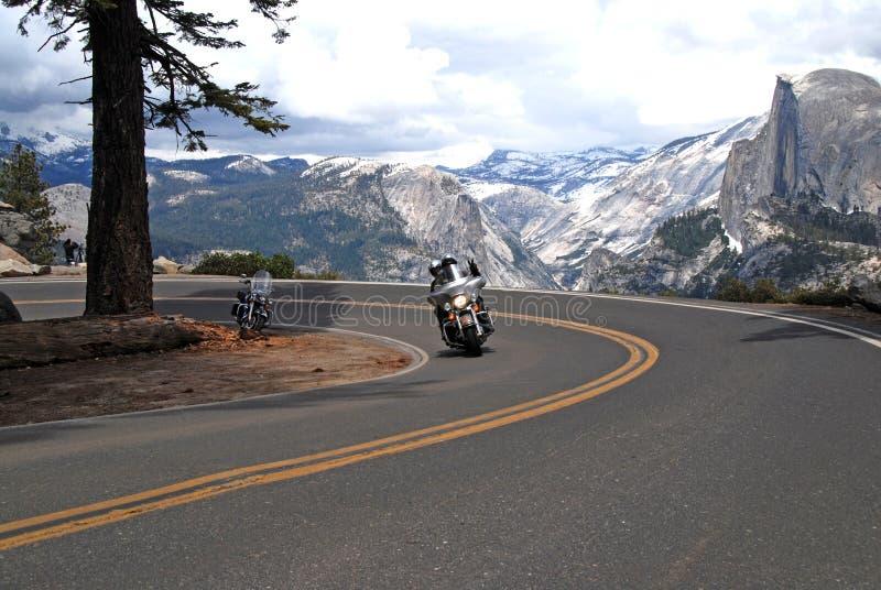 Motorcykelridning i den Yosemite nationalparken royaltyfria bilder