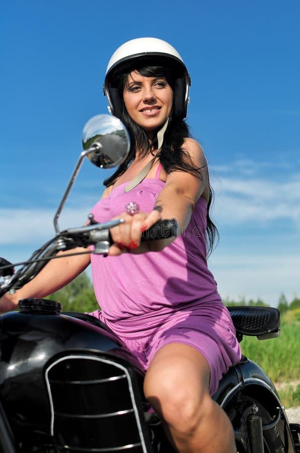 motorcykelridningkvinna royaltyfri fotografi