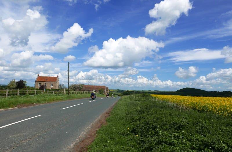 Motorcykelryttare på landsvägen royaltyfri bild
