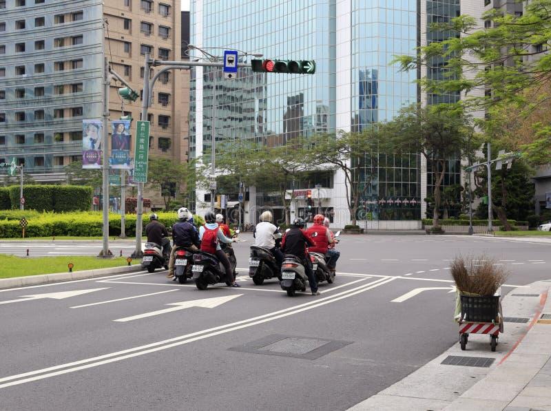 Motorcykelryttare som väntar trafikljusen arkivfoto