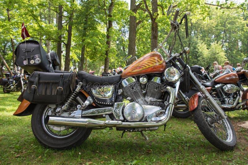 Motorcykelshowen, utställning på staden parkerar Folk, cyklar och handgjord stil Loppfoto 2018 royaltyfri foto