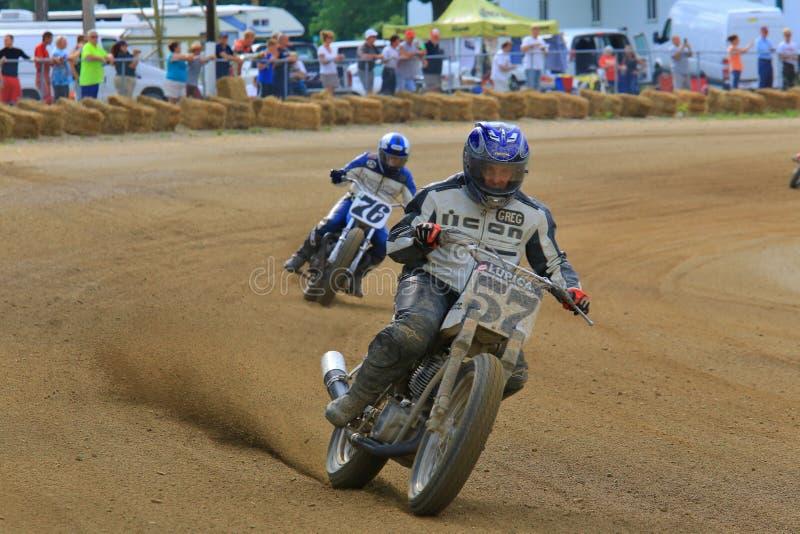 Motorcykeltävlingsförare i handling royaltyfria foton