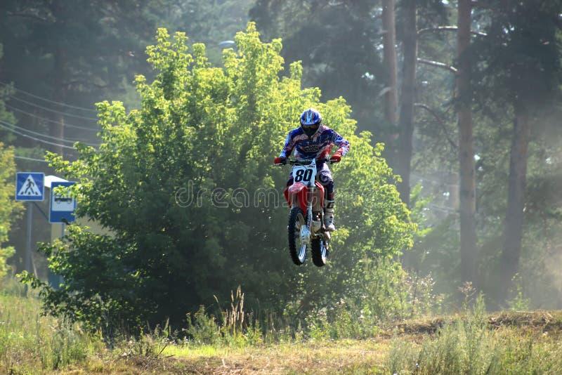 Motorcykeltävlingsförare i konkurrensen i staden av Bor Ryssland 10 august 2014 år fotografering för bildbyråer