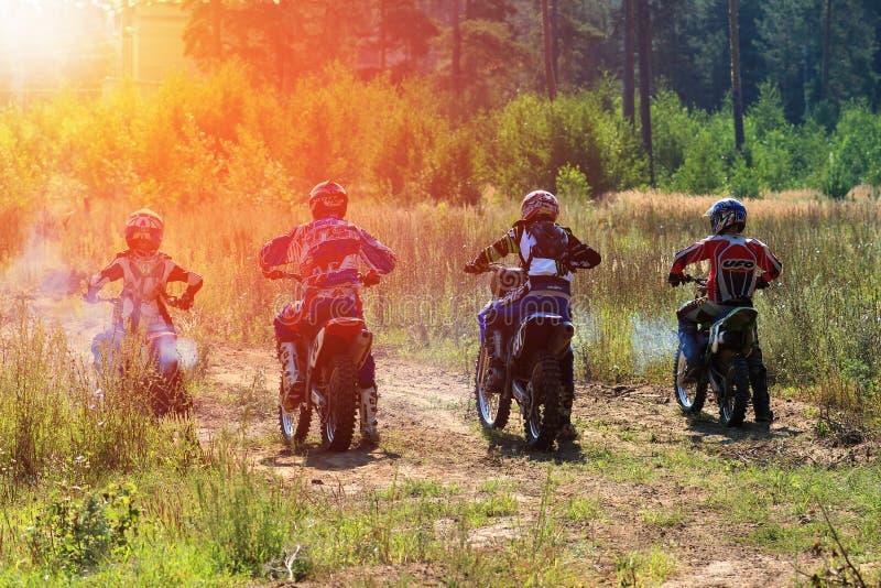 Motorcykeltävlingsförare i konkurrensen i staden av Bor Ryssland 10 august 2014 år royaltyfri bild