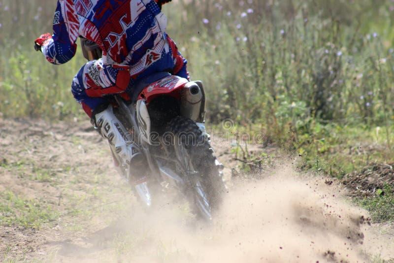 Motorcykeltävlingsförare i konkurrensen i staden av Bor Ryssland 10 august 2014 år arkivbilder