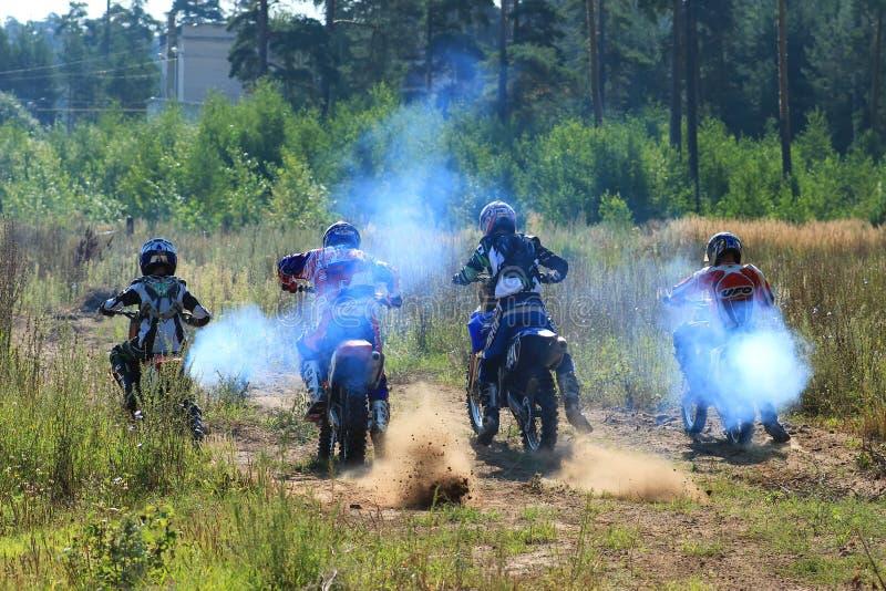 Motorcykeltävlingsförare i konkurrensen i staden av Bor Ryssland 10 august 2014 år arkivfoto