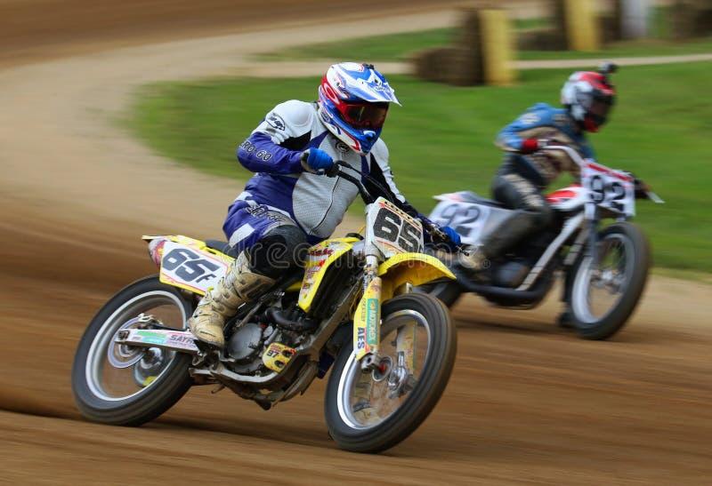 Motorcykeltävlingsförarekamp för ledningen arkivfoto