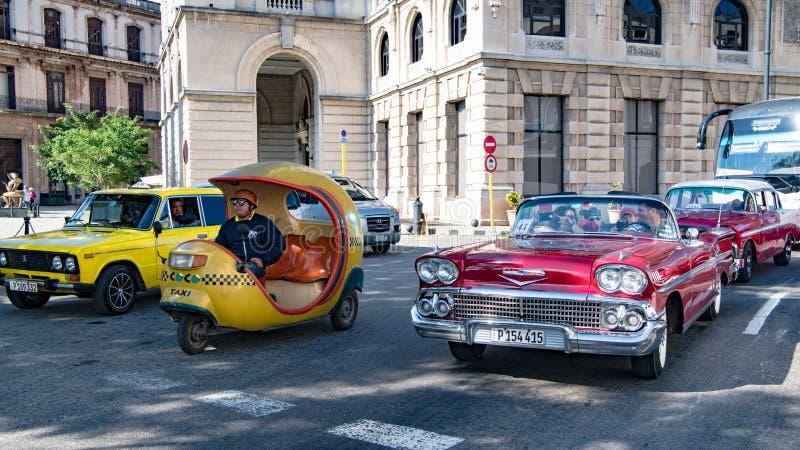 Motorcykeltaxi, amerikansk klassisk biltaxi, passageraretrans.tillfällen i Kuba royaltyfria bilder