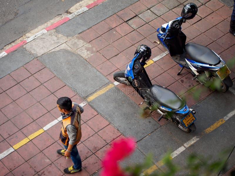 Motorcykeltaxichauffören väntar på passagerare, Bangkok, Thailand royaltyfri foto