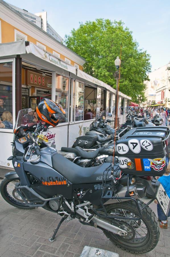 Download Motorcyklar near cafen redaktionell arkivfoto. Bild av rekreation - 27278788