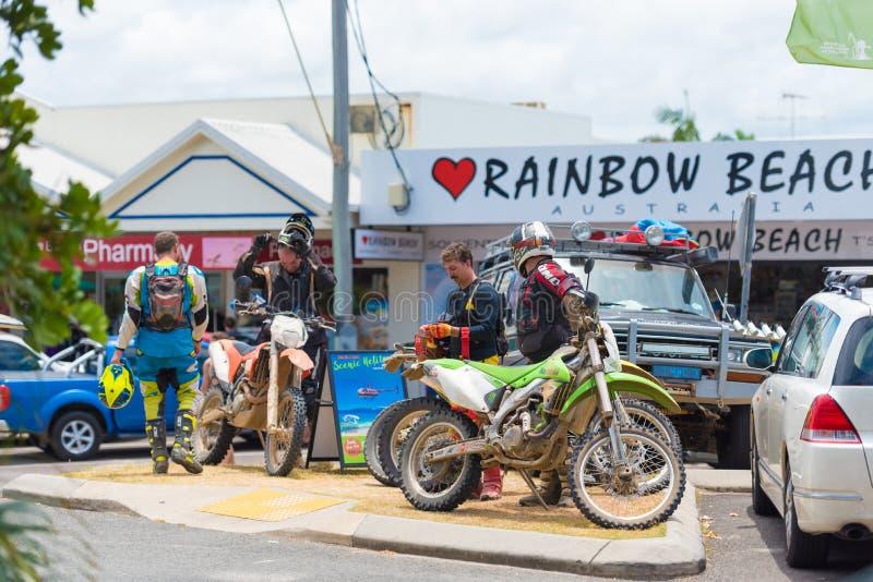 Motorcyklar på regnbågen sätter på land med färgade sanddyn, QLD, Australien arkivfoto