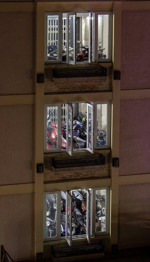 Motorcyklar som parkerar inom byggnaden med en elevator royaltyfria bilder