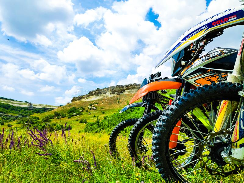 Motorcyklar som står mot bakgrunden av berg royaltyfria bilder