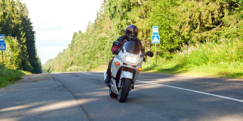 Motorcyklist på vägen arkivbild