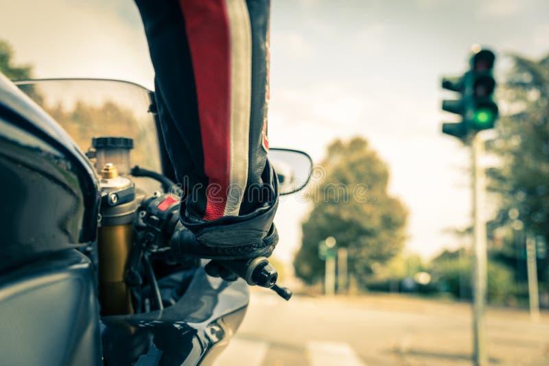 Motorcyklist på vägen royaltyfria bilder
