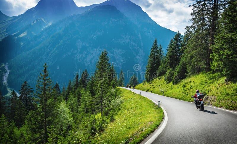 Motorcyklister i bergigt turnera fotografering för bildbyråer