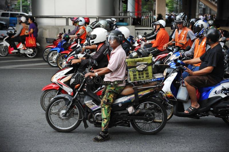 Motorcyklister på en föreningspunkt royaltyfria bilder