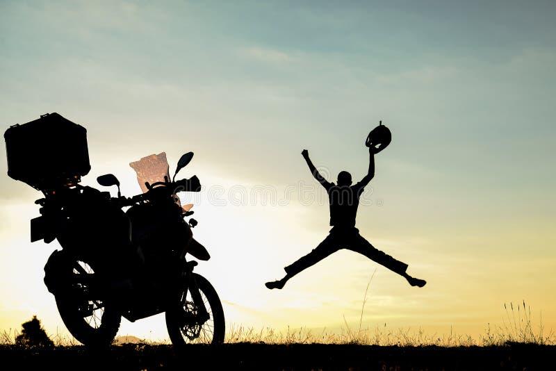 Motorcyklistframgång, uppnår den omöjliga och galna resan royaltyfria bilder