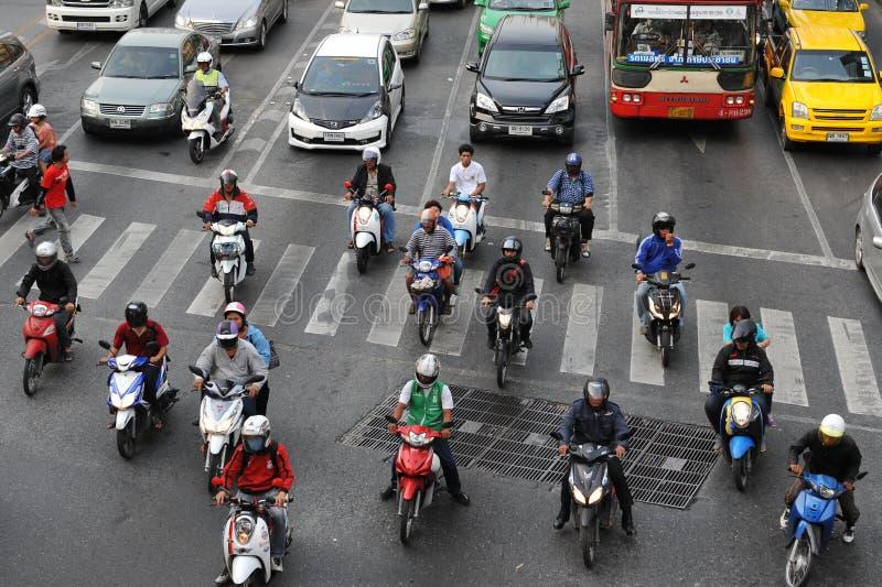Motorcyklistväntan på en föreningspunkt under rusningstid arkivbilder