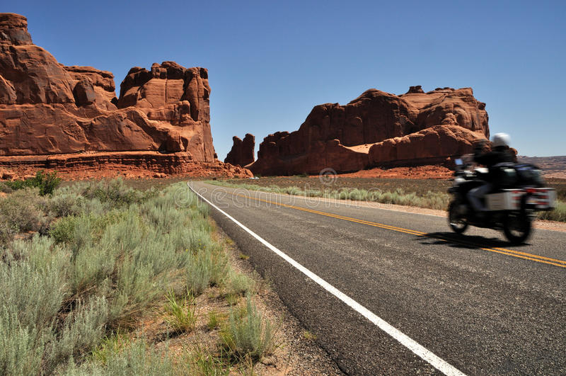 Motorcyle no parque nacional dos arcos fotografia de stock royalty free