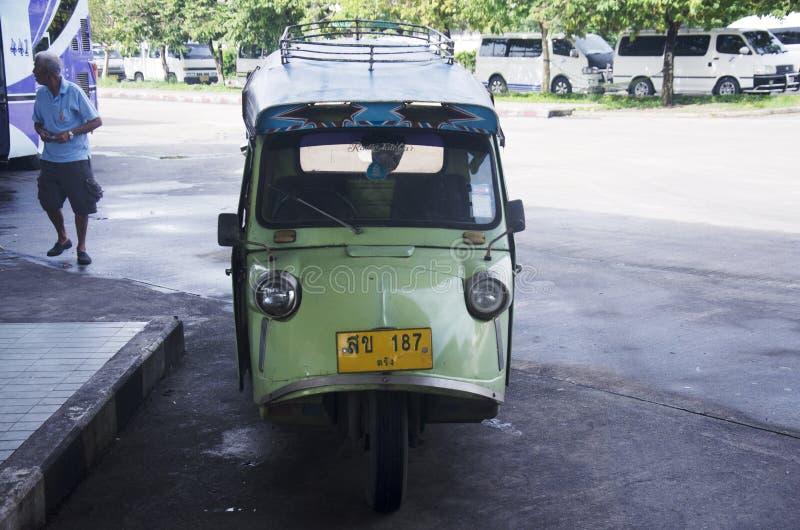 Motordriewieler of tuk tuk Thaise stijl bij Busterminal stock afbeeldingen