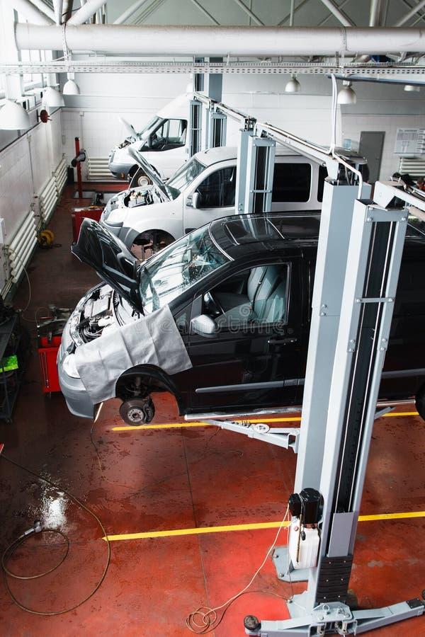 Motore che installa trasportatore, produzione dell'automobile fotografia stock libera da diritti